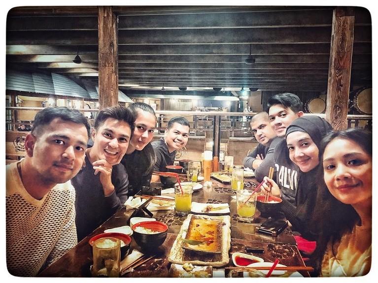 Potret Raffi seusai makan bersama teman dan kelurga.Terlihat juga Irwansyah dan Baim Wong yang menyertai keluarga Raffi.