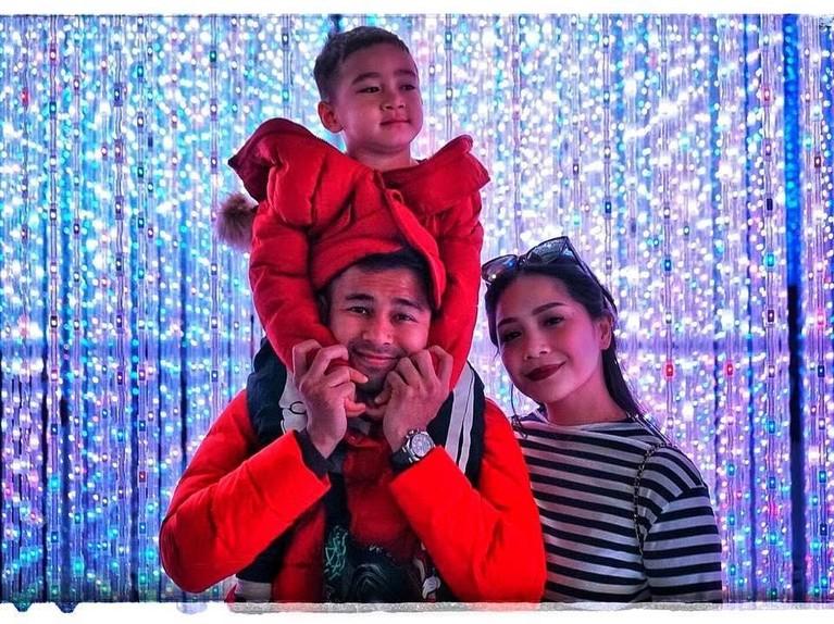 Momen ketika Raffi, Rafathar dan Nagita foto bersama. Lagi-lagi Rafathar tidak fokus dan lebih memilih melihat ke arah lain ketimbang kamera.