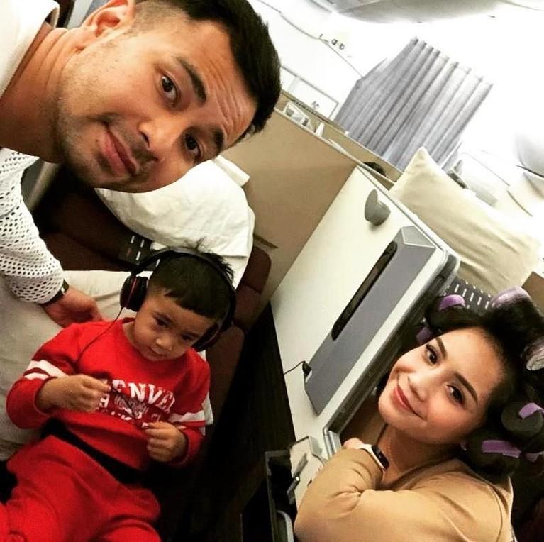 Momen ketika Raffi dan Keluarga masih di pesawat. Terlihat Rafathar ogah ikut swafoto danmasih anteng nonton.