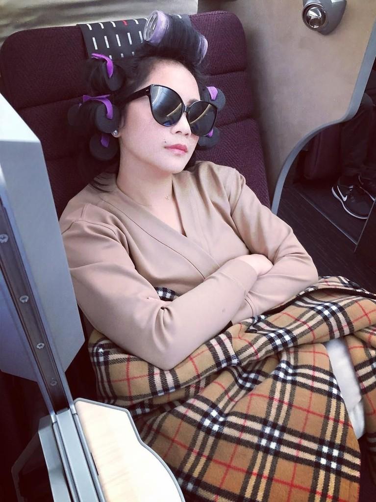 Keusilan Raffi di tengah liburan. Nagita, istrinya, yangmasih tidur tetap difoto bahkan juga diunggah ke instagram.