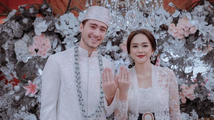 <p>Aura Kasih menikah dengan Erick Amaral pada Desember 2018 di Jakarta. Sebelum itu, Aura mengaku sudah lebih dulu melangsungkan pernikahan siri di Bangkok. (Foto: Aldi Photography via Instagram @aurakasih)</p>