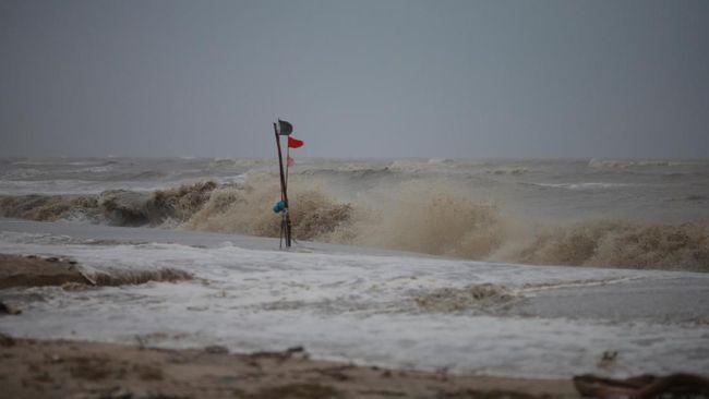 Badai tropis Idai melumpuhkan Kota Beira, Mozambik, Jumat (15/3), membuat puluhan warga tewas akibat banjir bandang.