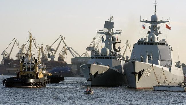 A photo taken on July 27, 2017 shows Chinese Type 052D missile destroyer Hefei (R) and Chinese Type 054A frigate Yuncheng (NATO designation Jiangkai) docked in Saint Petersburg. - Chinese military ships will be part of the Naval Military Parade taking place in Saint Petersburg on Russia's Navy Day, July 30. (Photo by Olga MALTSEVA / AFP)