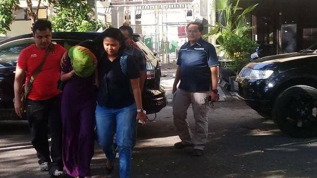 Polda Jatim menangkap dua artis film televisi (FTV) karena diduga terlibat prostitusi daring (online). Salah satu artis diduga Vanessa Angel.