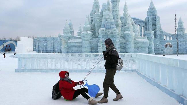 Bagi yang ingin menantang nyali silakan berenang di festival musim dingin Harbin, China.