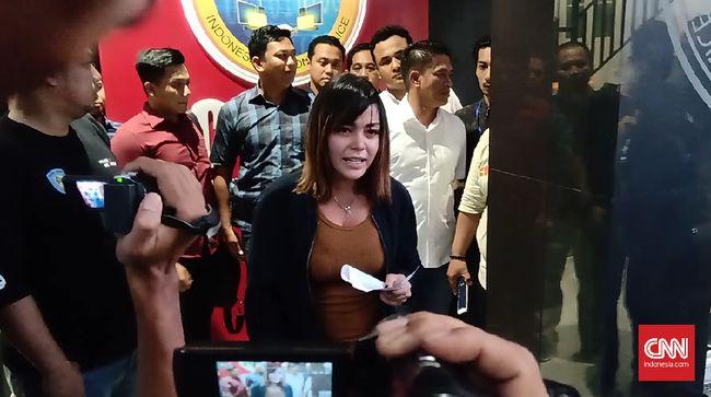 Serupa Vanessa Angel, Avriellia Shaqqila pun melayangkan permintaan maaf sebelum meninggalkan mapolda Jatim usai semalaman diperiksa terkait prostitusi online.