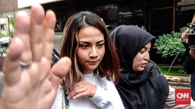 Vanessa Angel sementara ini berstatus sebagai saksi korban dan diwajibkan lapor selama polisi mengusut kasus dugaaan prostitusi online.