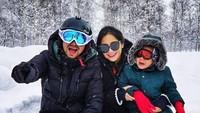 <p>Saat berfoto bareng Papa Raffi dan Mama Gigi, Aa kok nangis? Tapi ketutup sama topi dan kacamata merah yang melindungi dari dingin, Bun. (Foto: Instagram @raffinagita1717)</p>