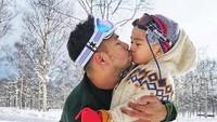 <p>Hemmm, akurnya Papa sama Aa nih. Kalau kata Papa Raffi sih, ini <em>morning kiss</em>, Bun. (Foto: Instagram @raffinagita1717)</p>