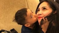 <p>Romantisnya Aa Rafathar sama Mama Gigi. Menggemaskan banget ya, cium-cium mama seperti itu. (Foto: Instagram @raffinagita1717) </p>