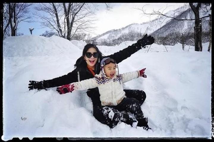 Keluarga Raffi Ahmad benar-benar menikmati waktu liburan ke Jepang. Aksi si Aa Rafathar paling mencuri perhatian nih, Bun. Menggemaskan!