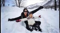 <p>Mama Gigi dan Aa Rafathar seru banget main di hamparan salju. Rasa dingin pun berubah jadi menyenangkan ya. (Foto: Instagram @raffinagita1717)</p>