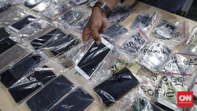 Ponsel dari pasar gelap mencapai puluhan juta unit per tahun. Memblokir peredaran barang ilegal adalah salah satu cara untuk menumpas bisnis gelap itu.