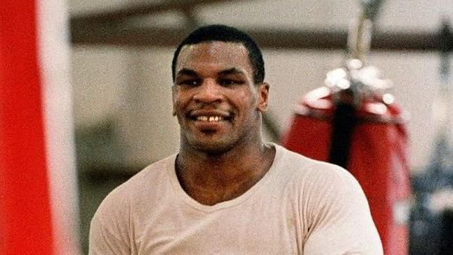 WBA / WBC heavyweight champion Mike Tyson skips rope during his routine exercise at a boxing gym in Tokyo, 10 March 1988. Tyson will fight a title match with challenger Tony Tubbs at Tokyo Dome, 21 March. (Photo by TORU YAMANAKA / AFP)
