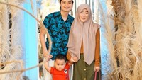 <p>Yusuf bersama Ayah Alvin dan Bunda Larissa. Adem ya lihat keluarga kecil mereka. (Foto: Instagram @alvin_411)</p>