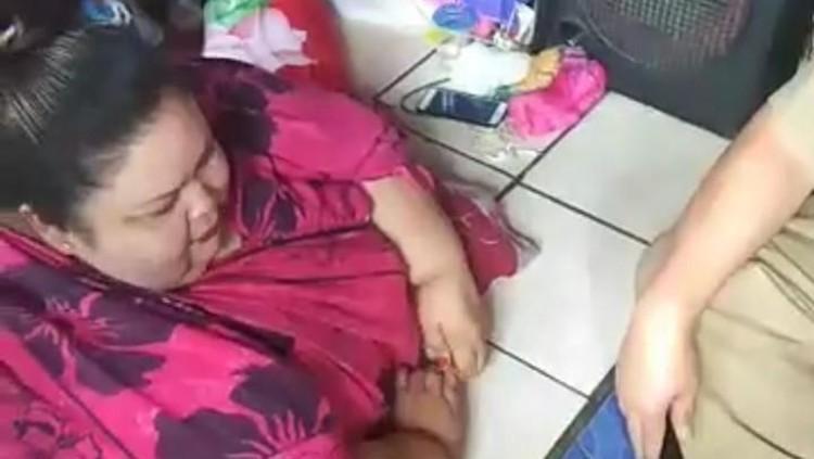 Berat badan perempuan asal Palangkaraya ini sudah sangat berlebihan. Ia pun sampai tidak bisa melakukan aktivitas apa-apa.