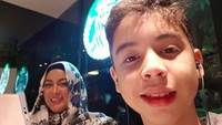 <p><em>Quality time</em>bareng Bunda. Berduaan di <em>coffee shop,</em> kenapa nggak? (Foto: Instagram/ @janeshalimar_1)</p>