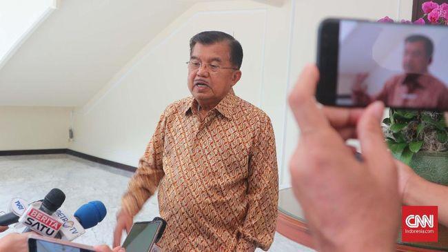 Wapres Jusuf Kalla menilai jabatan gubernur dan bupati berbeda dengan ASN karena terpilih berkat campur tangan partai politik.
