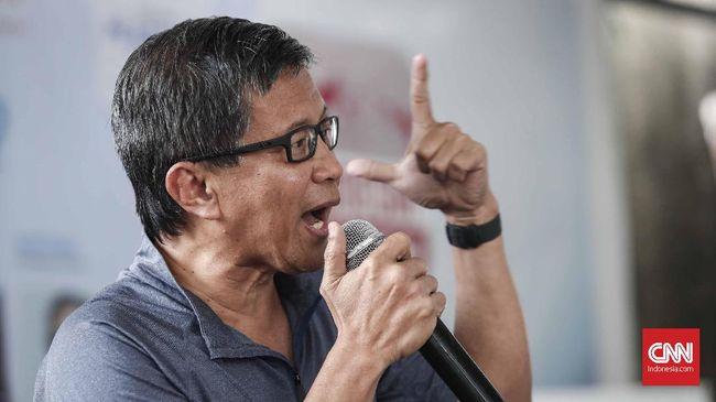 Rocky Gerung mengaku jengkel begitu mengetahui telah dibohongi oleh Ratna Sarumpaet yang selama ini ia kenal sebagai aktivis demokrasi.
