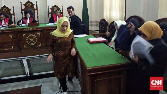 Himma Dewiyana, dosen pelaku ujaran kebencian terkait teror bom Surabaya menjalani pengadilan pertamanya di Pengadilan Negeri Medan, Rabu (9/1).