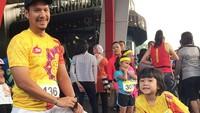 <p>Sheemar ikut pemanasan sebelum lari maraton nih. Seru banget ya? (Foto: Instagram @sheemar_miy)</p>
