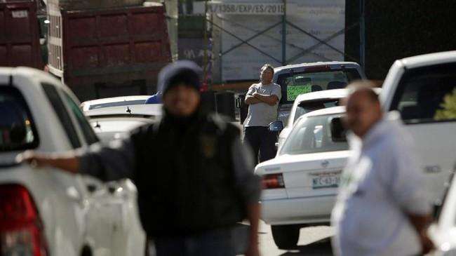Presiden Juan Manuel Lopez Obrador memilih memerangi pencurian minyak, tetapi malah menimbulkan kelangkaan BBM di dalam negeri.
