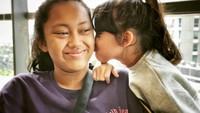 "<p>Muah!<a href=""https://www.haibunda.com/mom-life/d-4350903/kejutan-lucu-mieke-amalia-untuk-tora-sudiro-di-ultah-pernikahan"" target=""_blank"">Jenaka</a> beri kecupan manis pada kakak Nayyara. ( Foto: Instagram @t_orasudi_ro)</p>"