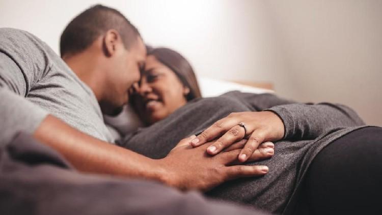 Sering melakukan hubungan seks di akhir masa kehamilan disebut-sebut akan mempermudah persalinan. Simak alasan ilmiahnya ya, Bunda.