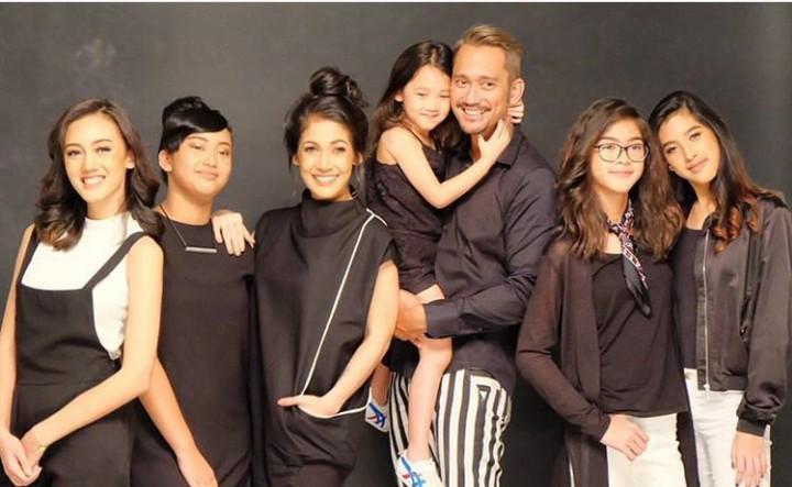 Kelima putri Tora Sudiro akrab banget nih, Bun. Semoga rukun dan akur terus ya.