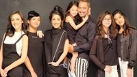 <p>Setelah menikah dengan Mieke Amalia, Tora Sudiro menjadi ayah dari lima anak perempuan, Nabila, Nayyara, Queena, Kayra dan Jenaka. ( Foto: Instagram @miekeamalia)</p>