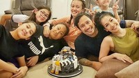 <p>Setiap kali ada yang ulang tahun, kelima putrinya kumpul dengan lengkap. ( Foto: Instagram @t_orasudi_ro)</p>