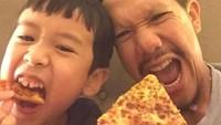 """<p><a href=""""https://hot.detik.com/celeb/d-4375730/demi-anak-melanie-putria-dan-angga-bisa-saja-rujuk"""" target=""""_blank"""">Angga 'Maliq & D'Essentials'</a> sering melakukan quality time dengan putra semata wayangnya, Sheemar Rahman Puradiredja. (Foto: Instagram @anggapuradiredja)</p>"""