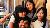 <p>Begini gaya kompak drummer Gigi, Gusti Hendy dan keluarga tercinta. [Foto: Instagram/@gustihendy] </p>