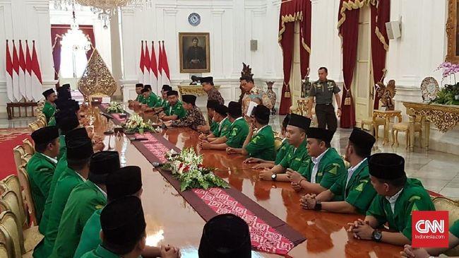 Ketua Umum Pimpinan Pusat Gerakan Pemuda Ansor Yaqut Cholil Qoumas bertemu Presiden Joko Widodo di Istana. Mereka membahas situasi menjelang Pemilu 2019.