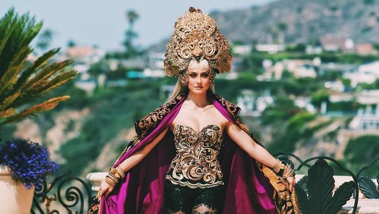 Penampilan Agnez Mo dalam video musiknya juga selalu membawa kebudayaan Indonesia yang dikemas modern.