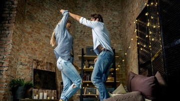 5 Cara Tetap Intim dengan Pasangan Meski Punya Kesibukan Padat