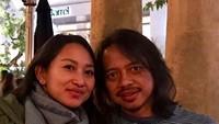 <p>Lebih dari 15 tahun menikah, Putu dan Dewa Budjana tetap awet nih mesranya. [Foto: Instagram/ @dewabudjana] </p>