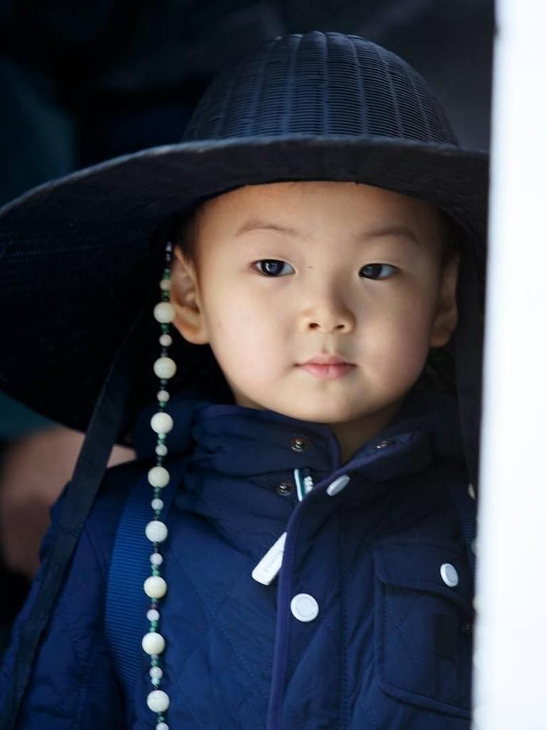 Menjadi anak tengah, Song Minguk adalah sosok anak yang ceria dan sangat suka bernyanyi. Minguk juga dikenal memiliki nafsu makan yang sangat besar.