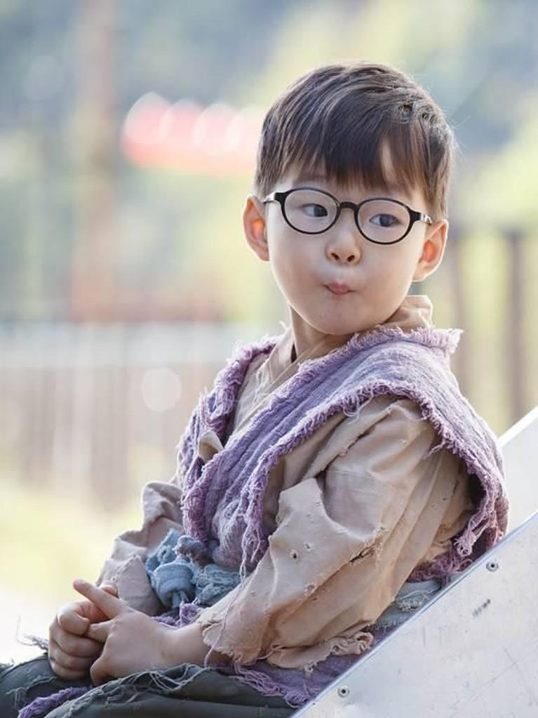 Song Daehan, adalah putra tertua. Ia dikenal sebagai kakak yang bertanggung jawab dan sosok yang dewasa. Ia bahkan disebut sebagai replika dari sang ayah.