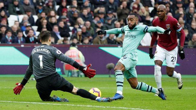 Arsenal ditahan imbang West Ham United hingga akhir babak pertama pertandingan Liga Inggris di Stadion London, Sabtu (12/1).