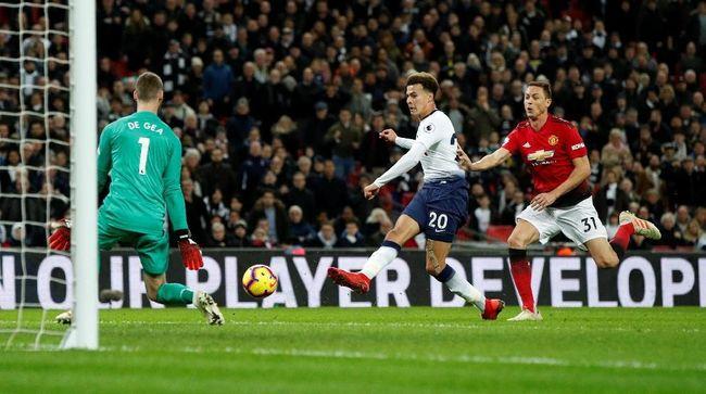 Kiper Manchester United David De Gea membingkai sepatu yang dipakainya saat melakukan 11 penyelamatan melawan Tottenham Hotspur.