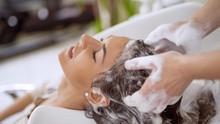 5 Tanda Kerusakan pada Rambut Akibat Keramas Setiap Hari