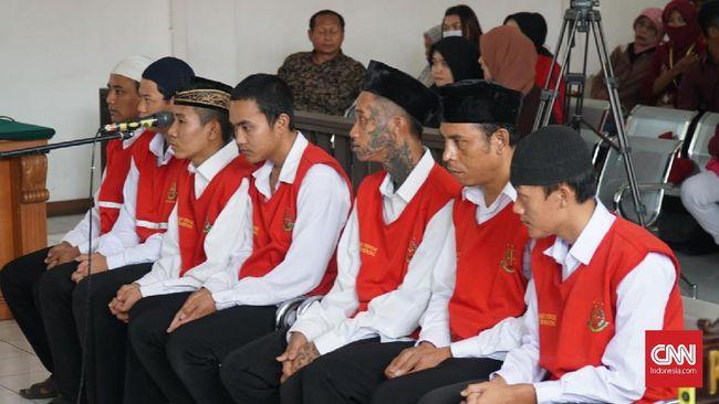 Pengadilan Negeri Kelas IA Bandung menunda pembacaan vonis pada tujuh terdakwa karena berkas belum siap.
