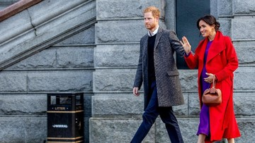 Peluk Hangat Pangeran Harry untuk Gadis Cilik Berambut Merah