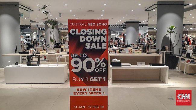 PT Central Retail Indonesia mengobral beragam produk di toko ritel Central Departement Store Neo Soho dengan diskon 15-90 persen menjelang tutup toko.
