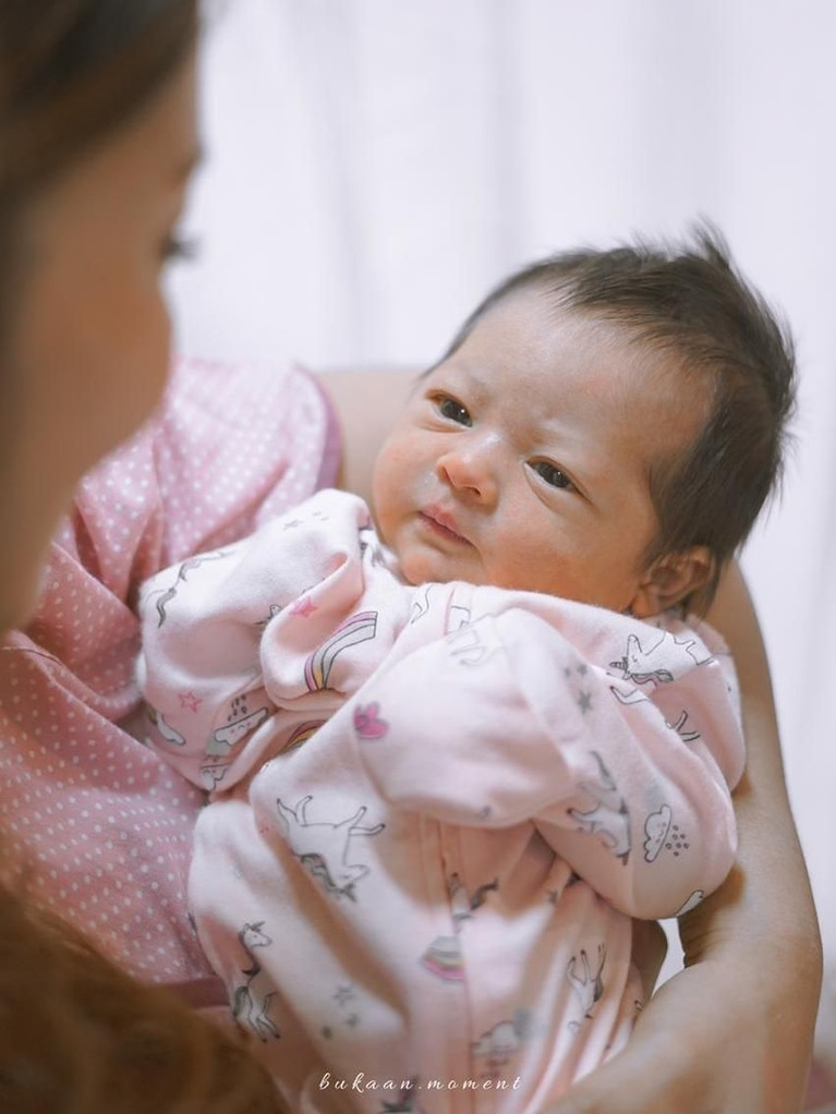 Baby Niloah lahir pada Sabtu (12/1), pukul 21.12 WIB. Putri cantik itu lahir di Rumah Sakit Ibu dan Anak Brawijaya, Jakarta Selatan.