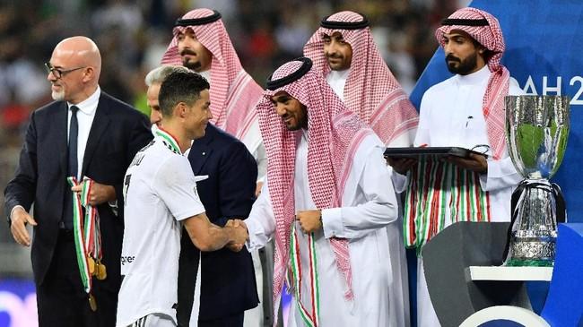 Cristiano Ronaldo merebut trofi pertamanya di Juventus setelah menang 1-0 atas AC Milan di Piala Super Italia 2018.