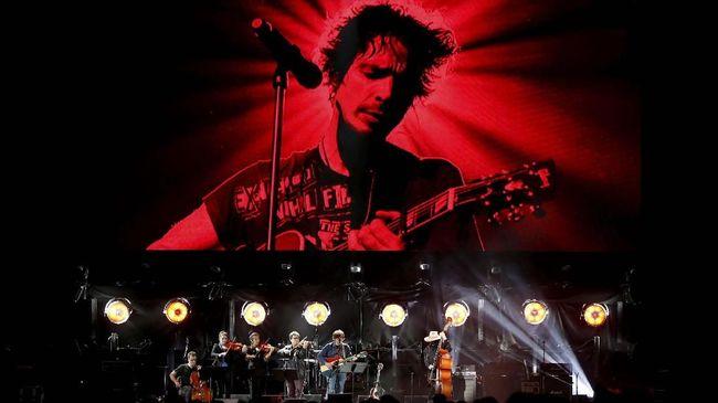 Bersahabat selama 10 tahun lebih, aktor Brad Pitt saat ini disebut sedang mengerjakan dokumenter mengenai mendiang vokalis Soundgarden.