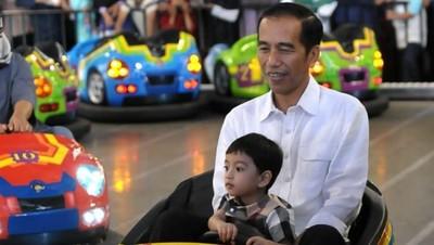 Melepas Kangen, Jokowi Habiskan Waktu Bermain dengan Jan Ethes