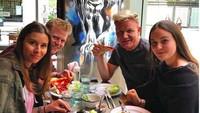<p>Makan bareng kayaknya jadi kegiatan wajib bagi chef asal Inggris ini. (Foto: Instagram/gordongram)</p>
